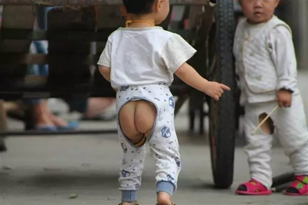 股割れパンツを履いた子ども